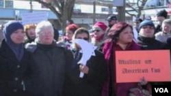 Neki birači Kingovog okruga su iskazivali protivljenje, a drugi podršku ispred njegovog ureda na Long Islandu u New Yorku