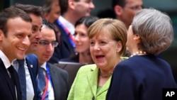 德国总理默克尔(中间)与法国总统马克龙(左)6月22日在布鲁塞尔