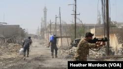 Soldats irakiens, Mossoul, Irak, le 15 juin 2017. (H.Murdock/VOA)