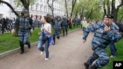 Cảnh sát chống bạo loạn đuổi theo những người ủng hộ phe đối lập tiến hành cuộc biểu tình, không được chính phủ cho phép, ở Moscow hôm 7/5/12