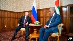 Владимир Путин и Рауль Хаджимба