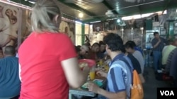 Migrants eat breakfast at Kino Border Initiative Center in Nogales, in the Mexican state of Sonora. (Photo: Greg Flakus / VOA)
