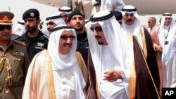 ملک سلمان (راست) و صباح الاحمد الصباح، امیر کویت (چپ)
