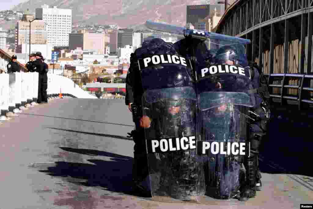 ភ្នាក់ងារគយនិងការពារព្រំដែននៃសហរដ្ឋអាមេរិកប្រដាប់ដោយអាវុធកូបកម្មចូលរួមហ្វឹកហាត់ការពារក្លោងទ្វារព្រំដែនពីអ្នកដែលចង់ឆ្លងកាត់ដោយខុសច្បាប់ នៅស្ពានអន្តរជាតិមួយរវាងប្រទេសម៉ិកស៊ិកនិងសហរដ្ឋអាមេរិកក្នុងទីក្រុង Ciudad Juarez ប្រទេសម៉ិកស៊ិកកាលពីថ្ងៃទី២៩ ខែ តុលា ឆ្នាំ ២០១៨។