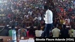 Un professeur enseigne dans une université de Cotonou, Bénin, 25 novembre 2016. VOA/Ginette Fleure Adande