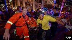 17일 태국 방콕 힌두교 사원에서 발생한 폭발 사고 현장에서 구조대가 부상자를 이송하고 있다.