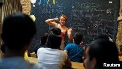 Seorang relawan Inggris, Helen Brannigan, mengajar anak-anak migran di Pulau Chios, Yunani (foto: dok).