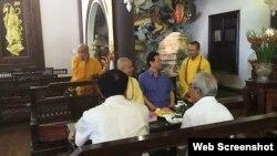 Trong khi dòng người nô nức đi hành hương về nơi đất tổ thì nguyên Thủ tướng Nguyễn Tấn Dũng dành trọn một ngày trở về chốn an tịnh ở Chùa Thiên Hưng (ảnh chụp từ trang Nguyentandung.org).