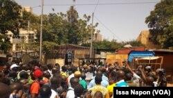 Manifestations spontanées contre la libération du général Bassolé, à Ouagadougou, le 11 octobre 2011. (VOA/Issa Napon)