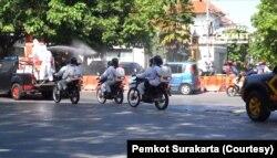 Penyemprotan disinfektan di berbagai jalanan di Solo saat awal PPKM Darurat, (6/7). (Foto: Courtesy/Pemkot Surakarta)