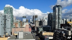 A snowless and sunny Vancouver skyline.