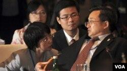 Asisten Menlu Tiongkok, Liu Zhenmin berbicara dengan anggota delegasinya dalam pertemuan ASEAN-Tiongkok di Bali (20/7)