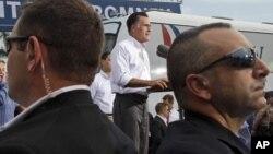 Agentes del Servicio Secreto custodian a Mitt Romney en el Palacio de los Jugos, en Miami.