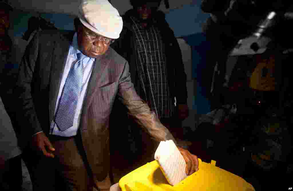 "Democratic Republic of Congo opposition leader Etienne Tshisekedi, also leader of Democratic Republic of Congo's ""Union for Democracy and Social Progress"" (UDPS) and presidential candidate, casts his ballot in a polling station in Kinshasa, November 28, 2"