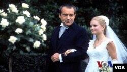 """尼克松總統的大女兒特里西婭尼克松的白宮婚禮曾掀起""""第一千金""""的婚禮高潮。(視頻截圖)"""