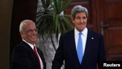 克里在会晤阿巴斯之前和巴勒斯坦首席谈判代表握手