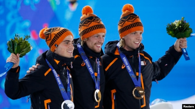 Gold medallist Michel Mulder of the Netherlands (C) poses with his compatriots silver medallist Jan Smeekens and bronze medallist Ronald Mulder (R), during the victory ceremony for the men's speed skating 500m race at the 2014 Sochi Winter Olympics February 11, 2014.