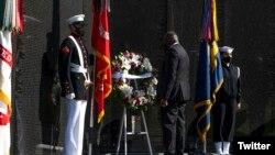Bộ trưởng Quốc phòng Lloyd J. Austin III viếng đài tưởng niệm cựu chiến binh chiến tranh Việt Nam, 29/3/2021. Photo Twitter Secretary Lloyd J. Austin III.