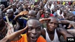 Para pemuda pendukung Laurent Gbagbo berkumpul di markas militer di Abidjan untuk mendaftar tentara relawan (21/3).