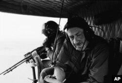 """Ngày 7/01/1967, nhà văn John Steinbeck trên chuyến bay quan sát cuộc chiến Việt Nam từ một chiếc trực thăng UH-1B """"Huey"""", thuộc Trung Đoàn Không Kỵ 10 đồn trú tại Pleiku, bên cạnh ông là viên xạ thủ khẩu đại liên M60 7.62 mm. Mấy ngày sau sau Tết Mậu Thân, Thomas Myles Steinbeck con trai cả của Steinbeck cũng bị đưa sang Việt Nam và từng là một xạ thủ đại liên trực thăng. [nguồn: Associated Press]"""