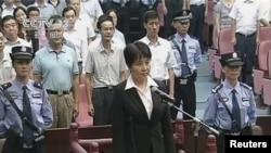 谷开来(中间站立者)2012年8月9日在合肥市中级人民法院出庭受审