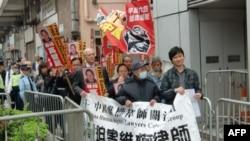 司徒华(中间戴口罩者)2010年2月参加维权示威
