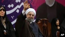 Presiden Iran Hassan Rouhani melambai kepada pendukungnya dalam kampanye pilpres di Teheran (9/5).