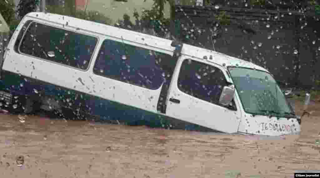 Chapa submerso após chuvas da madrugada de 16 de Dezembro em Maputo.