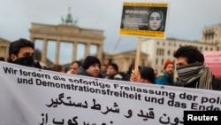 2일 독일 베를린의 브란데부르크 개선문 앞에서 이란의 반정부 시위를 지지하는 집회가 열렸다.