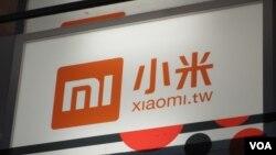 中國小米手機在台灣的廣告招牌 (美國之音張永泰拍攝)