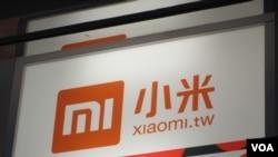 中国小米手机的广告招牌 (美国之音张永泰拍摄)