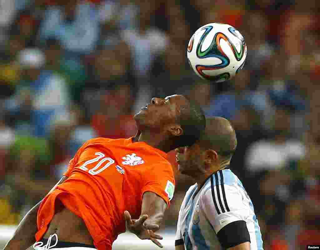 برازیل فٹ بال ورلڈکپ کے دوسرے سیمی فائنل میں ارجنٹینا اور نیدرلینڈ کے درمیان سخت مقابلہ پنیلٹی اسٹروک پر ہوا