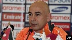 Hossam Hassan, légende du football égyptien, entraîneur du club local Al-Masry lors d'une conférence de presse à Amman, en Jordanie, 12 novembre 2013. (AP Photo / Raad Adayleh