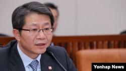 류길재 한국 통일부 장관이 9일 국회 외교통일위원회에서 의원들의 질의에 답변하고 있다.