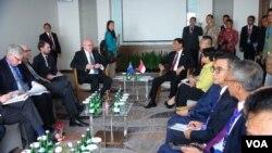 Menkopolkam Wiranto (kanan) melakukan pertemuan dengan Jaksa Agung Australia George Brandis di hotel Four Points Manado, 28 Juli 2017. (Foto: Ahadian Utama/VOA)