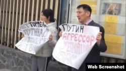 吉爾吉斯活動人士卡雷姆沙科夫夫婦在社交媒體上發布照片,他們在俄羅斯大使館前示威,他們手舉標語牌,稱普京是侵略者和殺人犯,要求俄羅斯從伊賽克湖撤走軍事基地。
