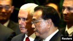 美国副总统彭斯与中国总理李克强在新加坡东盟峰会上交谈。(2018年11月15日)