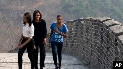 Ibu Negara AS Michelle Obama bersama putri-putrinya Malia dan Sasha dalam kunjungan ke China, Maret 2014.