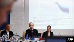 Generalni direktor Sektora za analize i istraživanja NBS Branko Hinić, viceguverner NBS Bojan Marković i Ljiljana Djurdjevic prezentuju izveštaj o februarskoj inflaciji