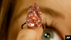 'L'unique rose' est le plus gros diamant rose créé et jamais proposé à une vente aux enchères, Londres, le 7 avril 2016.
