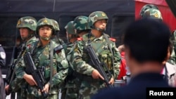 Polisi paramiliter China melakukan penjagaan di sebuah stasiun kereta di Urumqi, Xinjiang (foto: dok).