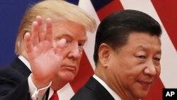 지난 2017년 도널드 트럼프 미국 대통령과 시진핑 중국 국가주석이 베이징 인민대회당에서 회담을 마친 후 나란히 걷고 있다.