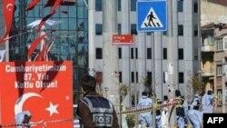 Các chuyên gia pháp y làm việc tại hiện trường sau vụ nổ ở trung tâm Istanbul, 31/10/2010