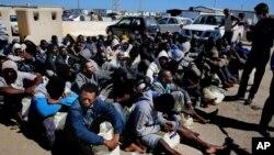 Des migrants africains attendent de recevoir une assistance médiale après avoir été secourus par des gardes-côtes, Tripoli, Libye, 11 avril 2016. (AP Photo/Mohamed Ben Khalifa)