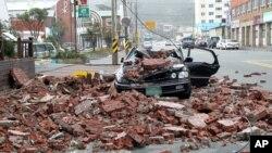 Một chiếc xe bị hư hại do gạch rơi xuống từ một tòa nhà khi bão Boloven mang mưa lớn và gió mạnh ập vào Wando, Nam Triều Tiên, ngày 28/8/2012
