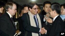 지난 2004년 북한 핵 시설을 방문한 직후 서울을 찾은 프랭크 자누지 전 미 상원 외교위 전문위원(가운데)과 키스 루스 전문위원(왼쪽). (자료 사진)