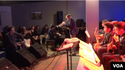 Pianis Joey Alexander tampil bersama para pelajar SMA peserta Grammy Camp - Jazz Session di kelab Bluewhale, Los Angeles, Rabu 8/2 (foto: VOA).