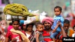 Kasırga sonrası evlerine dönen Hintli köylüler