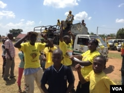 NRM supporters prepare for the day's rallies. (J. Craig/VOA)