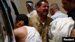 Para anggota keluarga berduka cita dalam pemakaman seorang kerabatnya yang tewas akibat serangan di Najaf, selatan Baghdad (3/11).